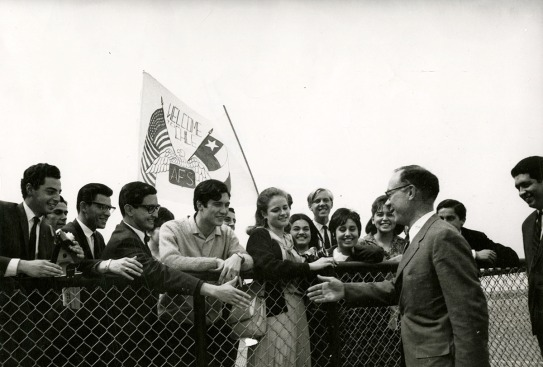 AFS President Arthur Howe, Jr. being greeted by AFS alumni after his arrival in Santiago, Chile in 1971. Foto Cerrillos Chile. Photo courtesy of the Archives of the American Field Service and AFS Intercultural Programs.